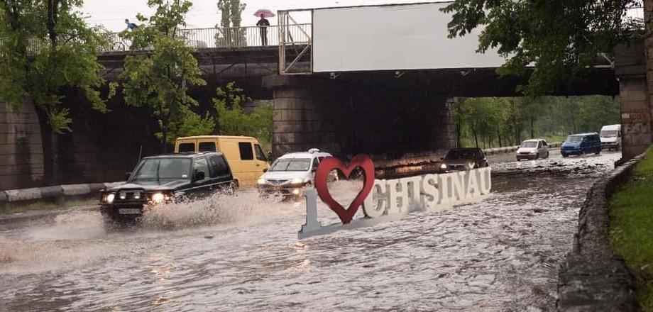 (foto) Și pe glod, și în putoare, Chișinău — mereu te vom iubi. Pe Facebook au apărut meme-uri despre situația din oraș