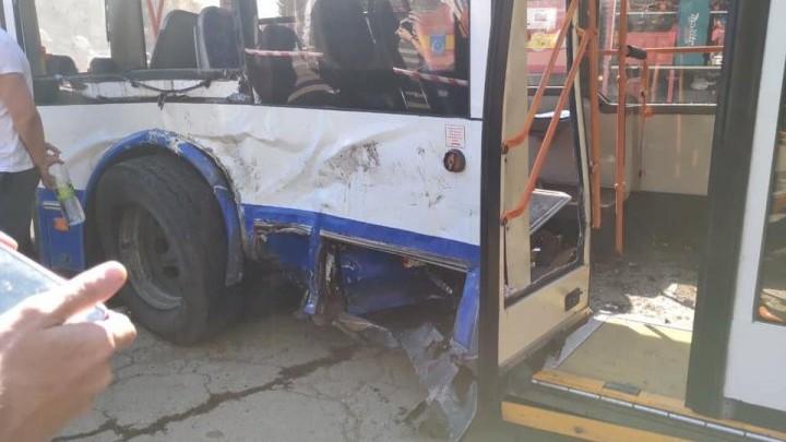 (foto) UPDATE. Accident grav, o mașină și un troleibuz sunt implicate. O persoană a decedat, iar 18 sunt rănite