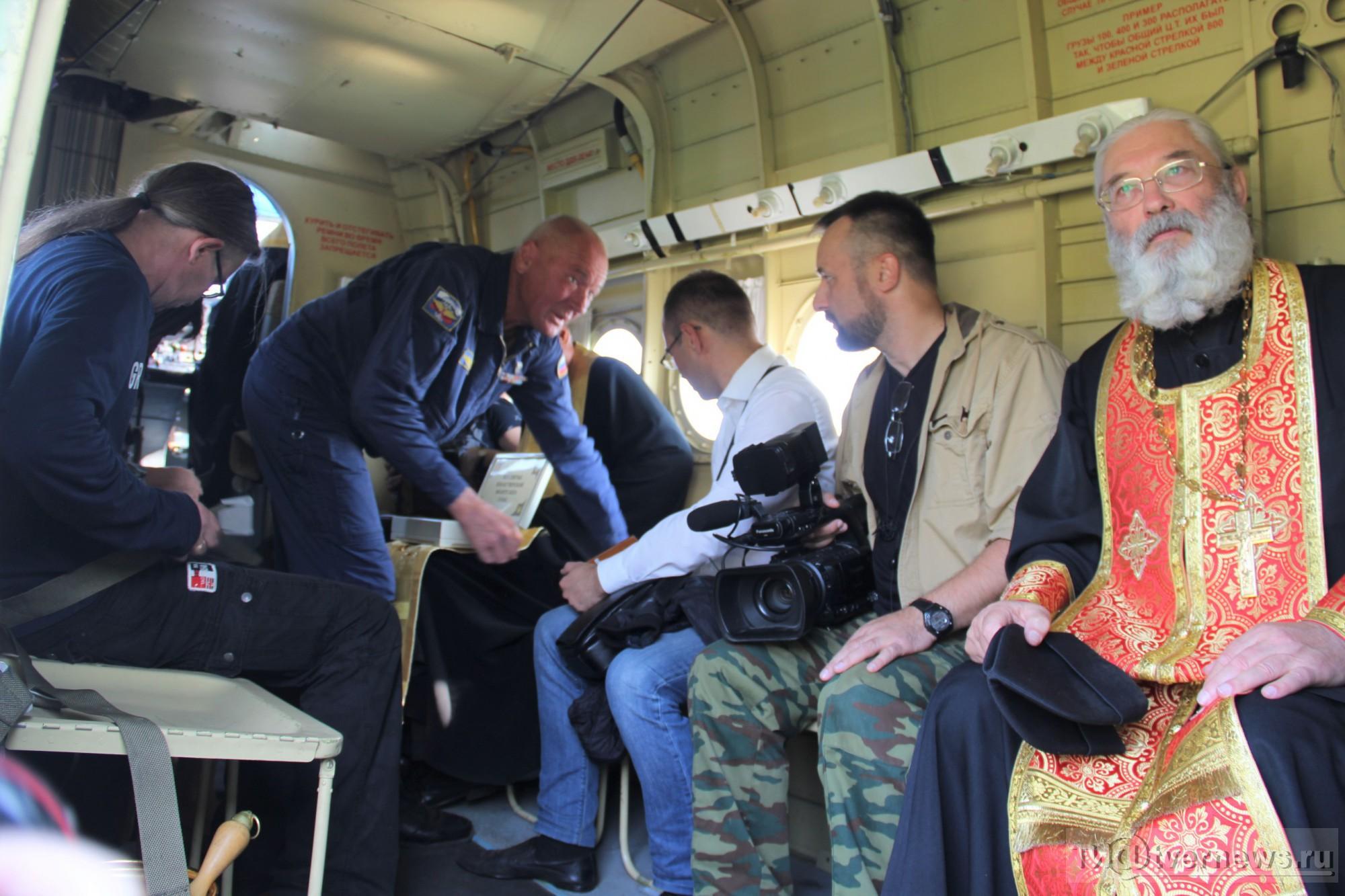 (foto, video) Un oraș din Rusia a fost sfințit din avion cu 70 de litri de agheasmă împotriva beției și desfrânării