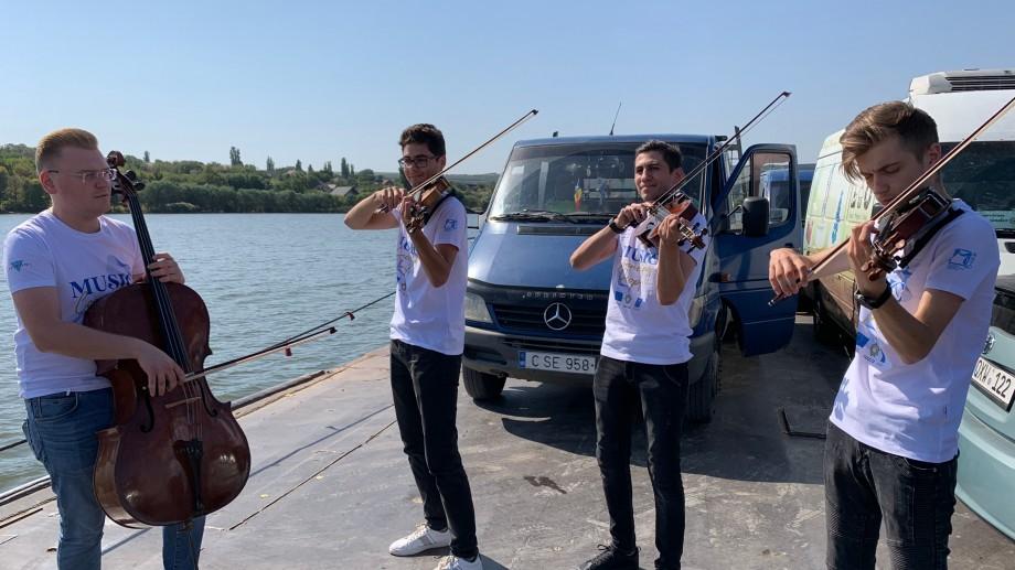 """(foto) Concert de muzică clasică pe podul plutitor de la Molovata, pe Nistru. Cum a fost anunțat turneul """"Music Connecting People"""""""
