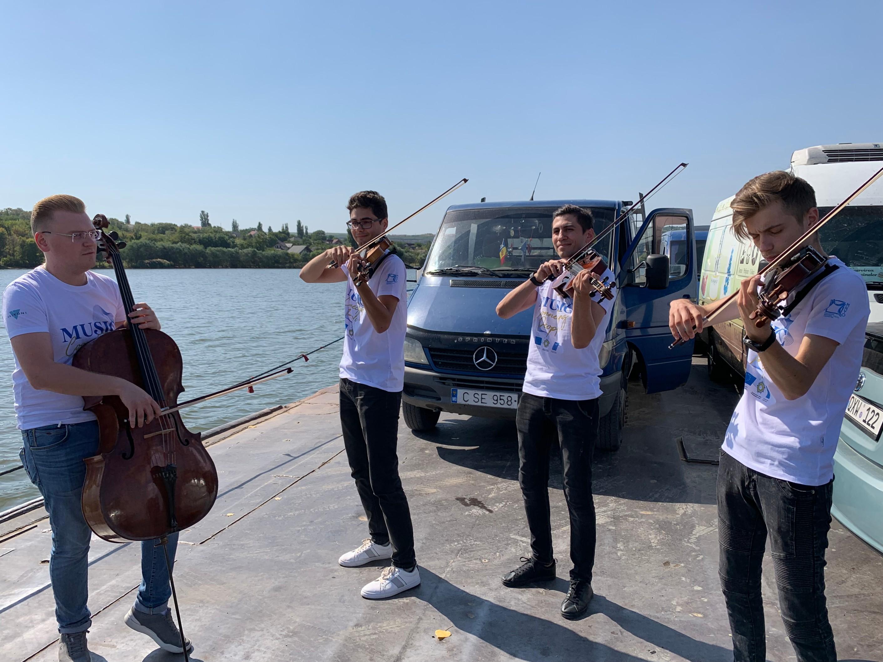 (foto) Concert de muzică clasică pe podul plutitor de la Molovata, pe Nistru. Cum a fost anunțat turneul Music Connecting People