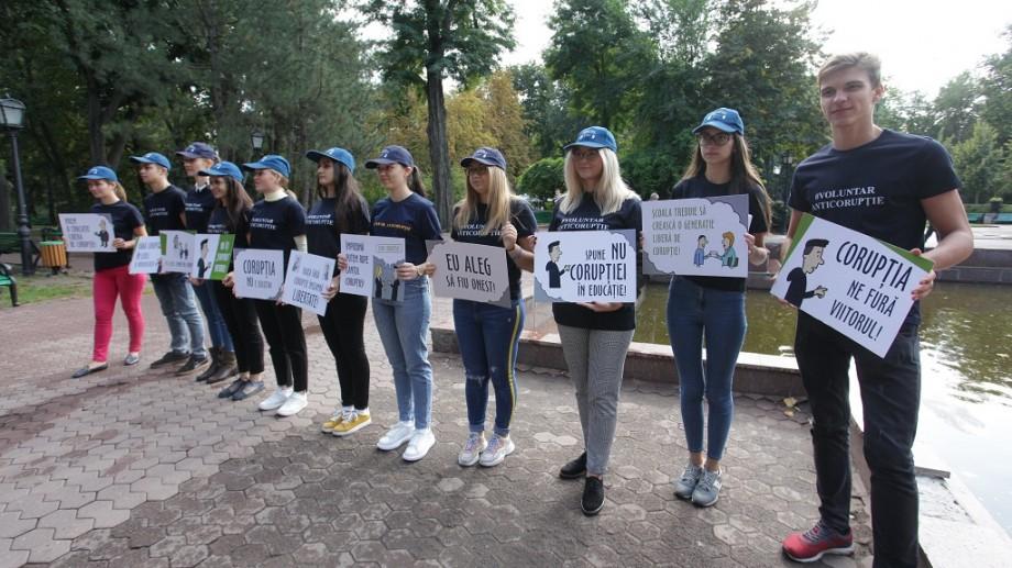 (foto) Flashmob. Mai mulți tineri pledează pentru un sistem educaţional liber de corupţie