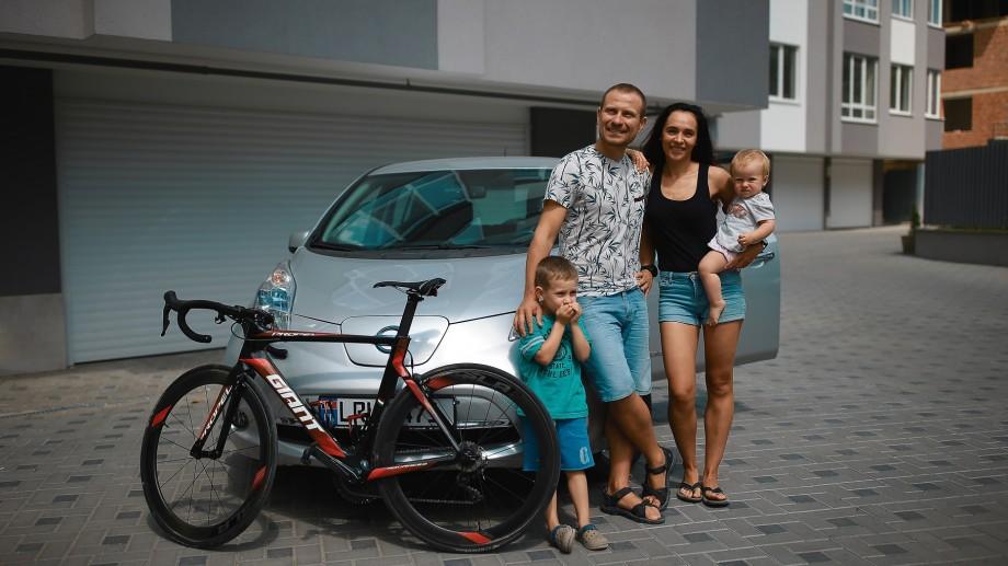 """(foto) """"Maşina mea e prietenoasă mediului."""" O familie din Moldova și-a instalat acasă o stație de alimentare a automobilului electric"""