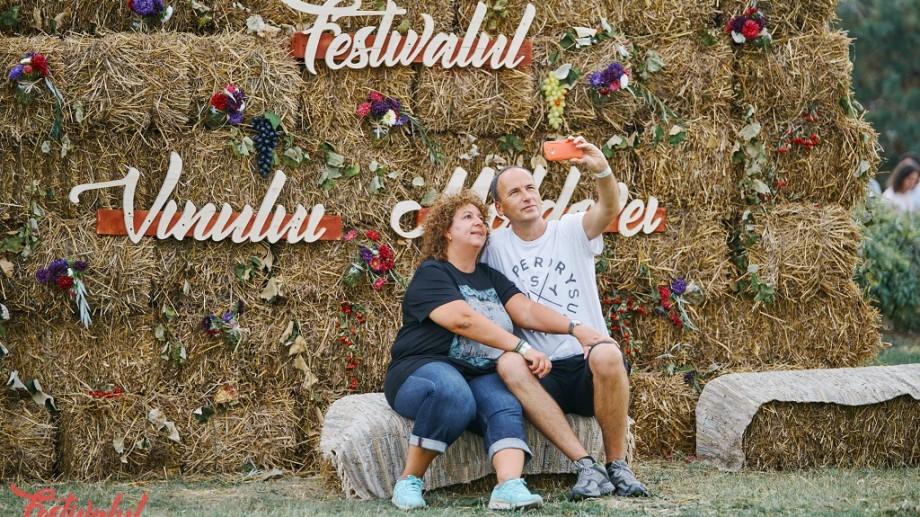 (foto) Peste 200 de vinuri, 8 concerte și un covor moldovenesc tradițional de dimensiuni record. În România s-a desfășurat Festivalul Vinului Moldovei