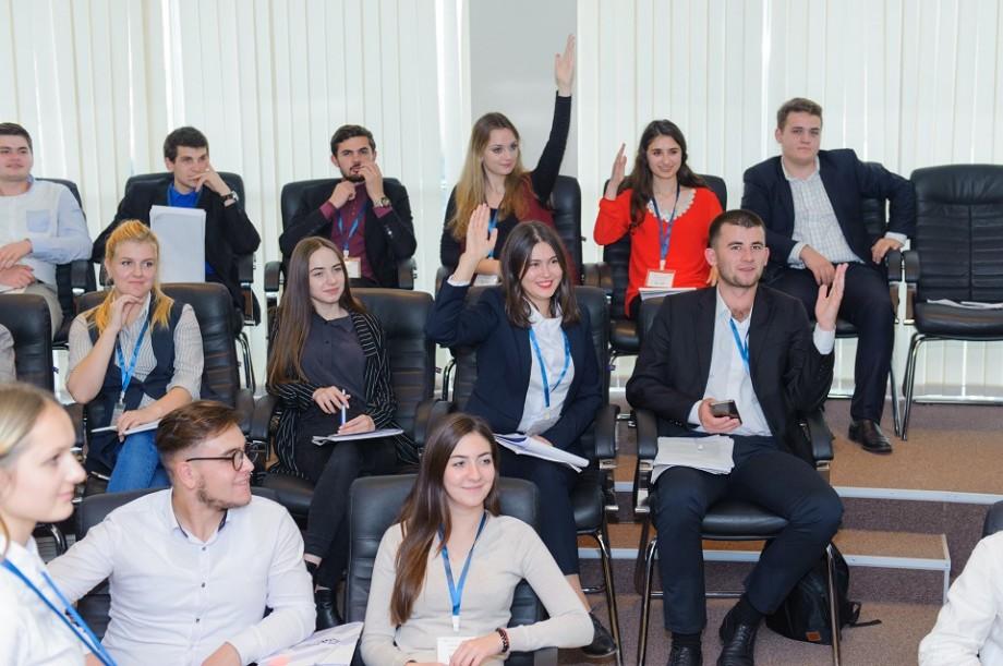 """Ești interesat de politică? Înregistrează-te la cea de-a III-a ediție a proiectului """"Parlamentul Tinerilor"""""""