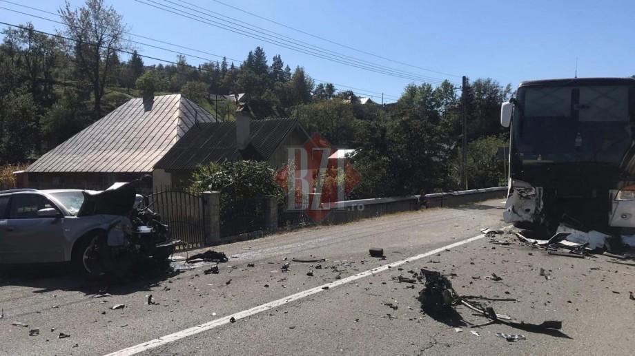 Un autocar din Moldova a fost implicat într-un accident rutier în România. Două persoane au avut de suferit