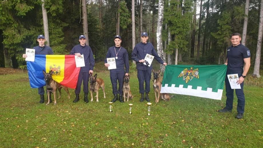"""(foto) Nu-s doar prieteni buni, dar și parteneri pe măsură. Echipele canine ale Poliției de Frontieră au fost premiate la Biatlonul """"Letonia 2019"""""""