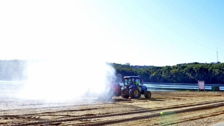 """(foto) Plaja de la """"Valea Morilor"""" a fost curățată și igienizată. Aceiași tehnologie va fi folosită pentru curățarea apei din lac"""
