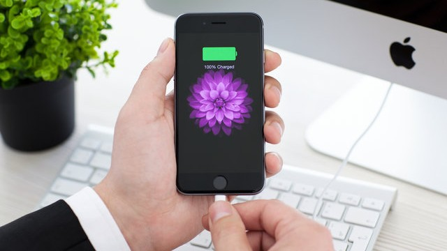 Specialiștii în securitatea cibernetică atenționează oamenii să nu împrumute încărcătorul pentru telefon. Care este riscul