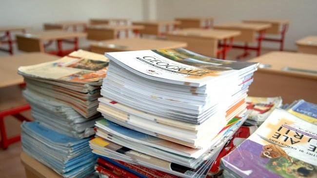 Elevii din clasele primare și gimnaziale vor primi manuale gratuit la școală, iar cei de la liceu le vor închiria contra plată