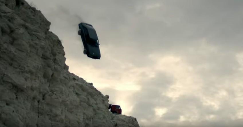 (video) Au aruncat o mașină de pe stâncă și au explodat-o. Cum arată noul clip al tinerilor din Moldova de la StereoMadness