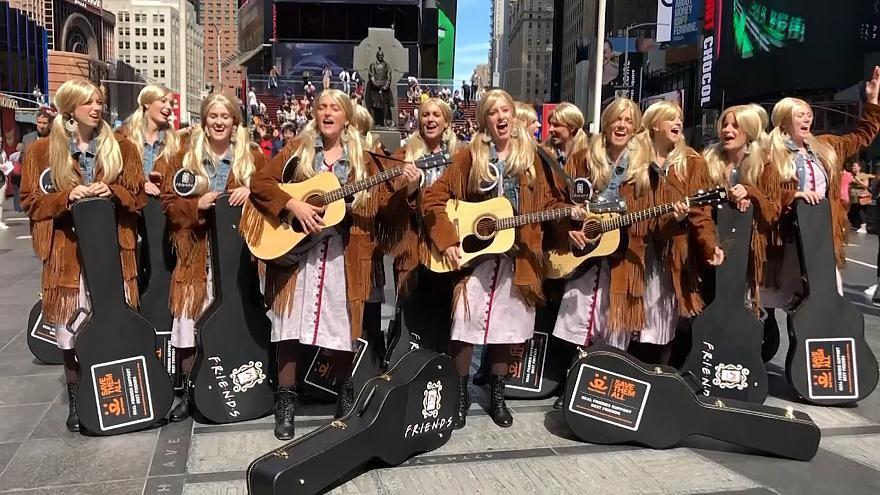 """(video) Zeci de tinere din New York s-au costumat în personajul Phoebe din Friends și au cântat faimosul """"Smelly Cat"""""""