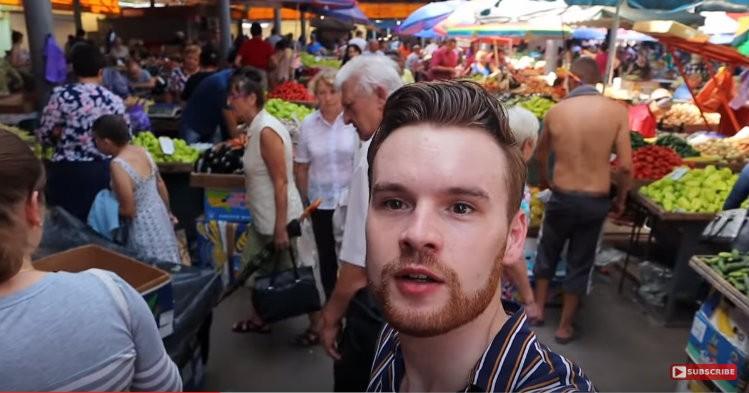 """(video) A descoperit """"raiul absolut"""" la Piața Centrală. Cu ce impresii a rămas un vlogger englez care a vizitat Chișinăul"""