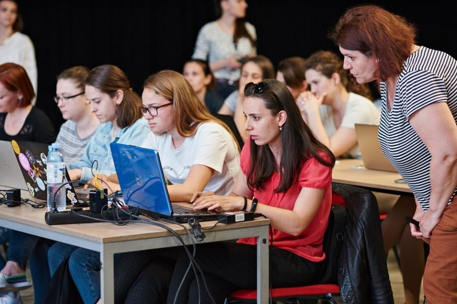 Vrei o carieră în IT? 500 de femei și fete din țară pot participa la un program de instruire gratuit