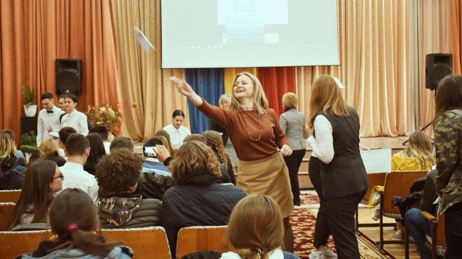 Ziua Profesorului, celebrată altfel la Orhei. Tinerii au avut parte de o lecție de dezvoltare personală de la cei mai carismatici profesori