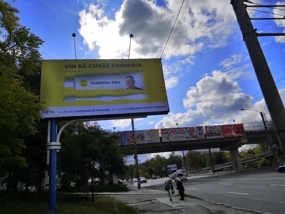 (foto) Cu o periuță și pastă de dinți. În Chișinău au apărut bannere neobișnuite ale lui Dumitru Țîra