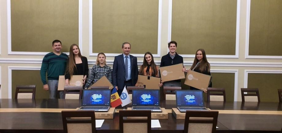 (foto) Șefii de promoție UTM au fost premiați cu câte un laptop pentru rezultatele excelente la absolvire