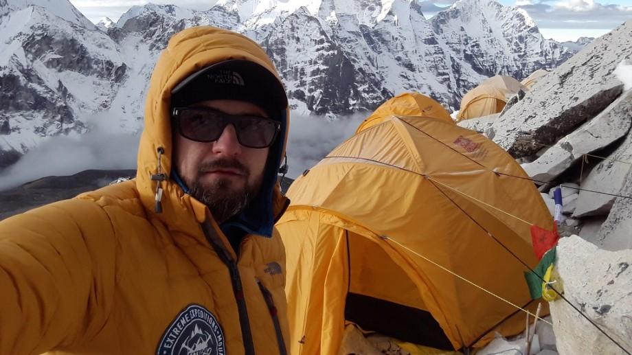 """(foto) În memoria prietenului său. """"Cel mai frumos munte al lumii"""" a fost urcat solo de alpinistul român Radu Albu"""