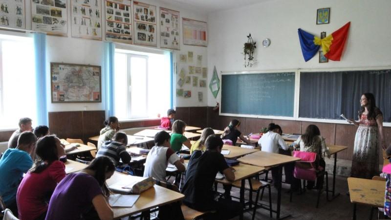 (infografic) Numărul profesorilor este în descreștere. Câți pedagogi sunt în Moldova, ce salariu au și în care nivel de învățământ activează
