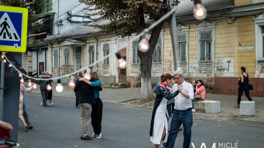 (video) Tango pe o stradă din centrul Capitalei. Centrul de Urbanism felicită Chișinăul în ritmuri de dans