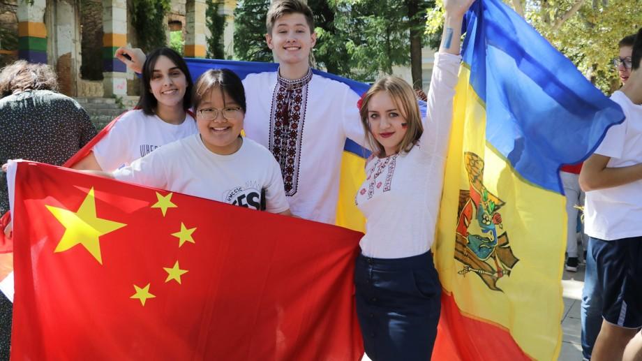 Elevii din Moldova pot studia gratuit în Italia, Canada sau Singapore. Ce trebuie să faci ca să obții o bursă