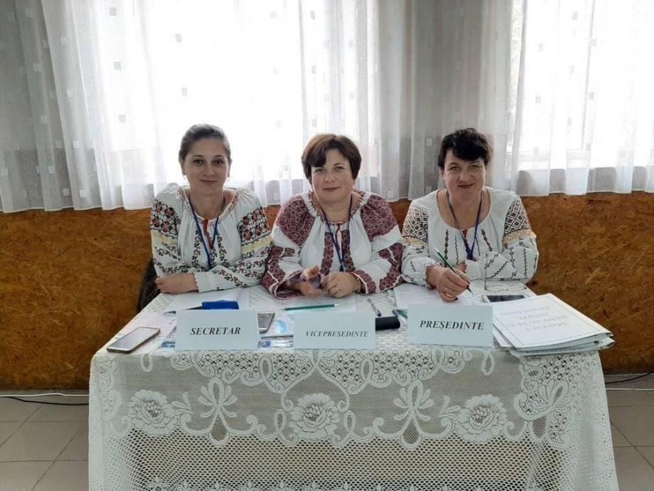 (foto) Întâlnesc alegătorii în costume naționale. Membrii comisei secției de votare din satul Inești, îmbrăcați ca de sărbătoare