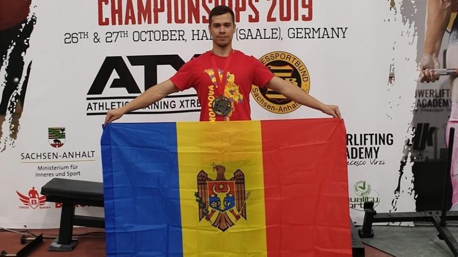 Moldoveanul Dumitru Calmîc a devenit vicecampion Mondial la Powerlifting, înregistrând un nou record mondial