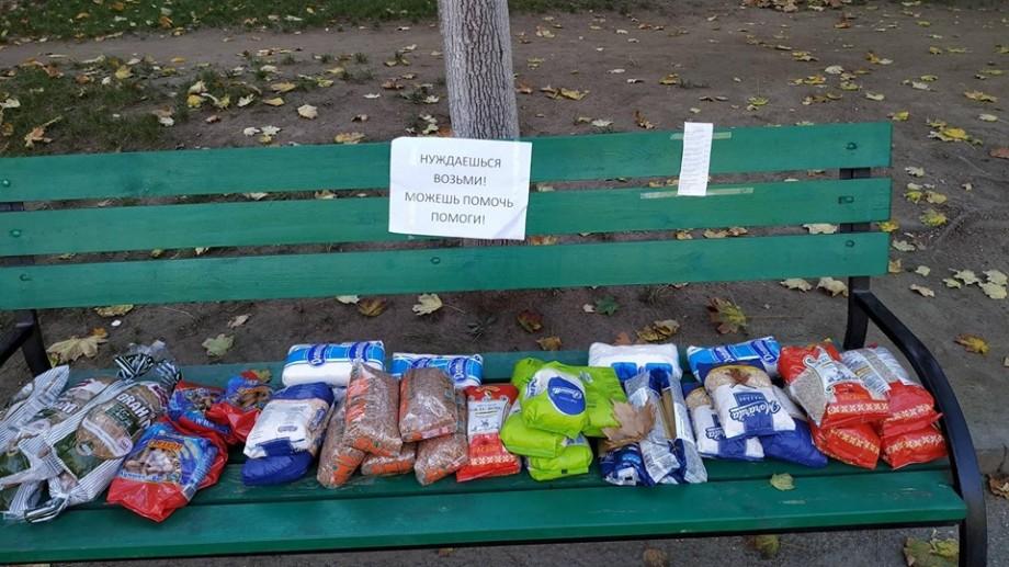 Fotografia zilei: Un necunoscut a lăsat, pe un scaun din Capitală, produse alimentare persoanelor nevoiașe