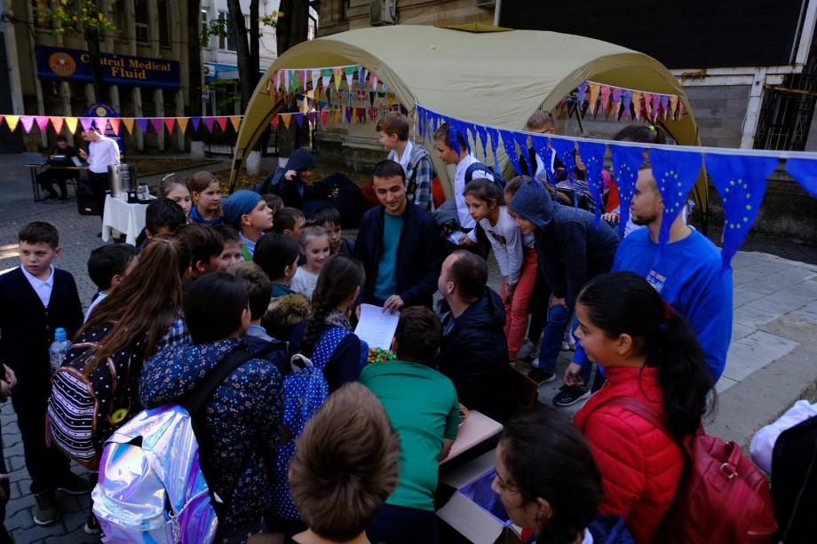 (foto) EuroBus a ajuns și la Chișinău. Zeci de tineri au participat la o sesiune de informare despre oportunitățile Erasmus+