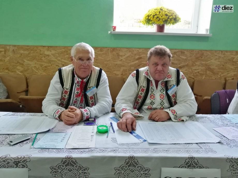 (foto) În satul Gordinești se poartă straie moldovenești. Membrii comisei au venit îmbrăcați în haine tradiționale