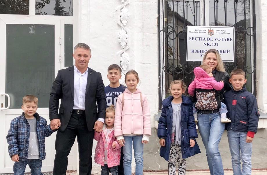 (foto) Teodor Cârnaț și cei șapte pici. Candidatul la funcția de primar al Capitalei a venit la urne cu toată familia