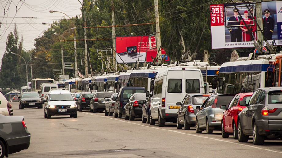"""Chișinăuienii """"ard"""" un miliard de lei pe an doar stând la semafor. Ce soluție contra ambuteiajelor propune Victor Chironda"""