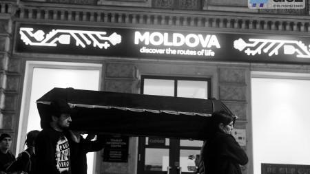 """(foto, video) """"Eu nu sunt hârtie igienică"""". O artistă din Moldova a creat un performance neobișnuit la Veneția"""