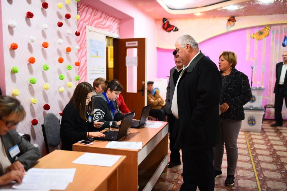 (foto) Alegătorii de la Soroca votează activ de dimineață. Cum se desfășoară alegerile la o secție din oraș
