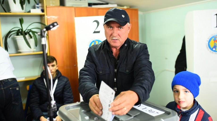 (foto) Au pus ștampila în cinci buletine de vot. Cum au votat alegătorii din Dumbrava