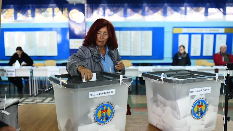 (foto) Cetățenii Chișinăului își exercită dreptul la vot. Cum decurg alegerile într-o secție de votare din oraș