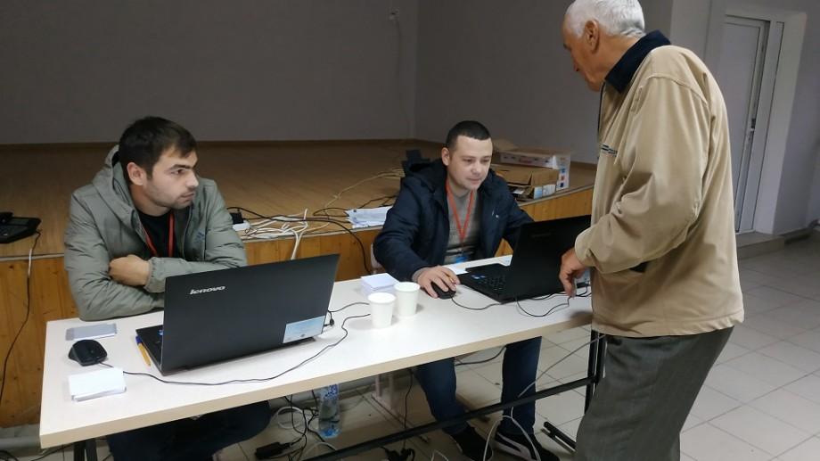 (foto) Primii alegători s-au prezentat deja la vot. Cum se votează dimineața pe răcoare în satul Chetrosu, raionul Drochia