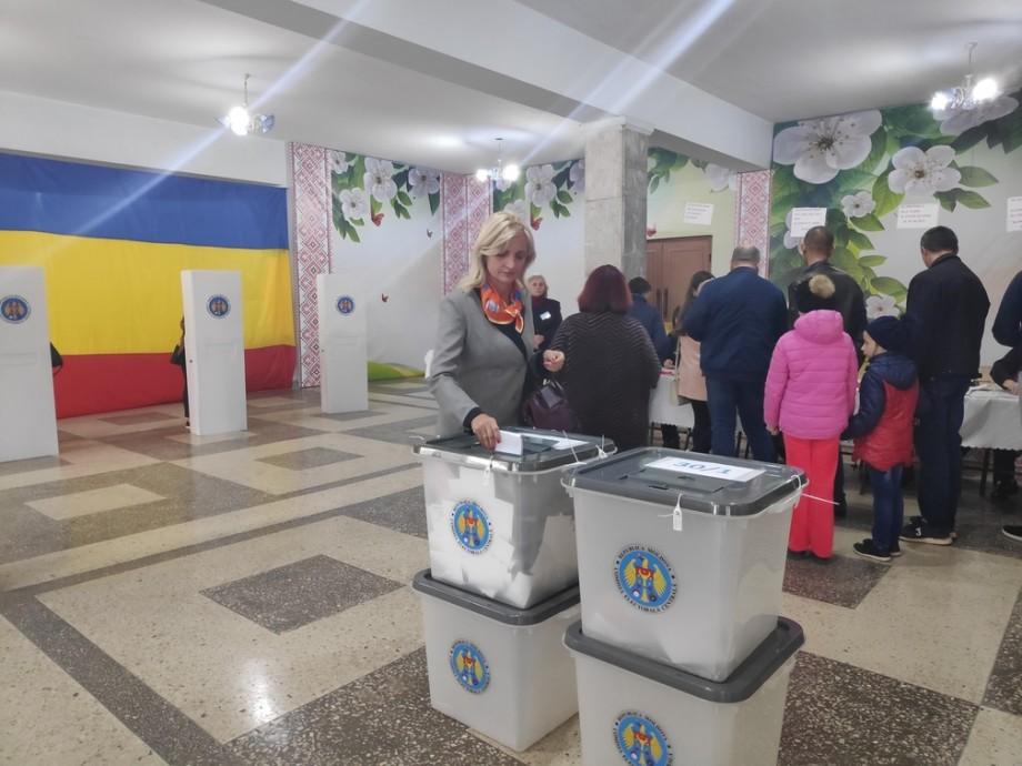 (foto) Cetățenii de la Strășeni participă în mod activ la Alegerile locale 2019, la una dintre secțiile de votare din oraș