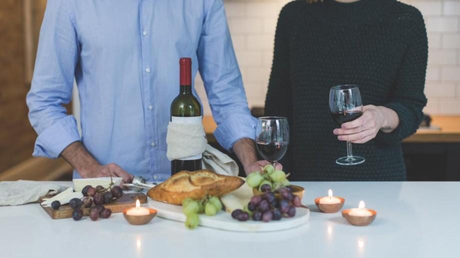 """Vrei un vin roșu bun, la un """"preț pământesc""""? Andrei Cibotaru recomandă cinci vinuri sub o sută de lei"""
