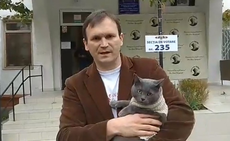 (video) Cu o cameră, un scandal și o pisică în brațe. Cum și-a exercitat dreptul de vot candidatul Vitalie Voznoi