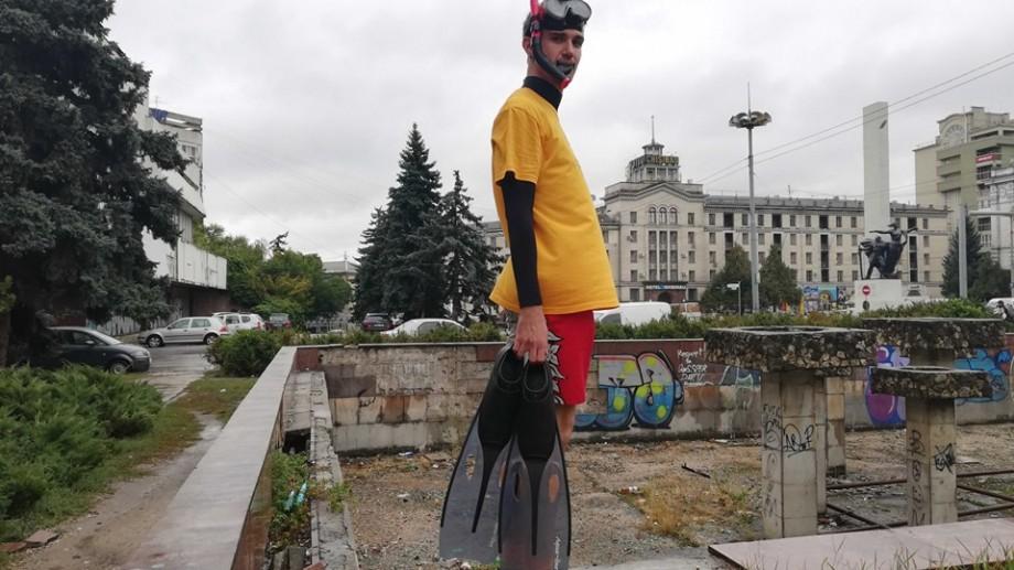"""(video) Un tânăr din Chișinău a """"înotat"""" în havuzul părăsit de lângă Hotelul Național. Prima probă a Jocurilor Olimpice urbane din Chișinău"""
