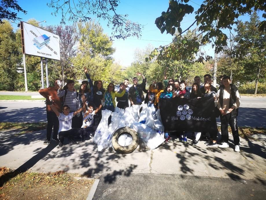 """""""Ne propunem să facem ecologie mai mult afară decât în clasă."""" Peste 100 de voluntari au curățat Capitala înainte de sărbătoare"""