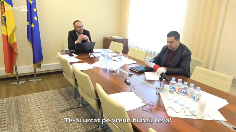 """(video) Ședință fără cvorum, dar cu zâmbete. Sergiu Sîrbu: """"Poate va fi ales primar, să scape Ministerul de dânsul odată"""""""