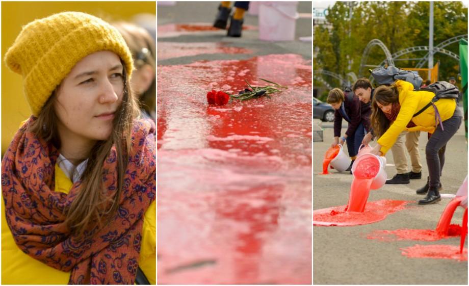 """(foto) 70 de litri de """"sânge"""" au curs în fața Guvernului. Câțiva tineri au organizat un flashmob neobișnuit"""