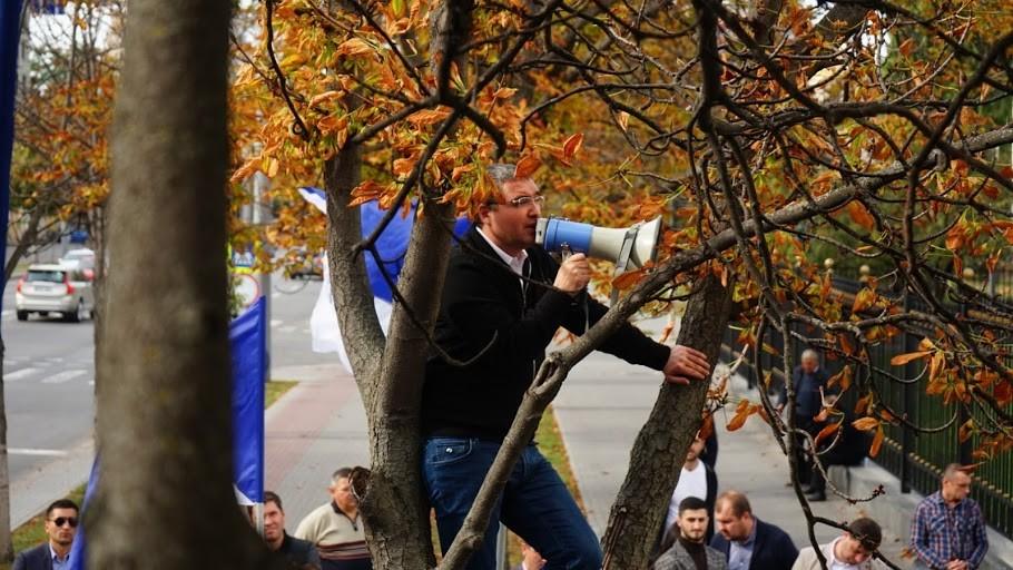(foto) Renato Usatîi împreună cu susținătorii săi, în fața Președinției, îi dau un ultimatum lui Igor Dodon
