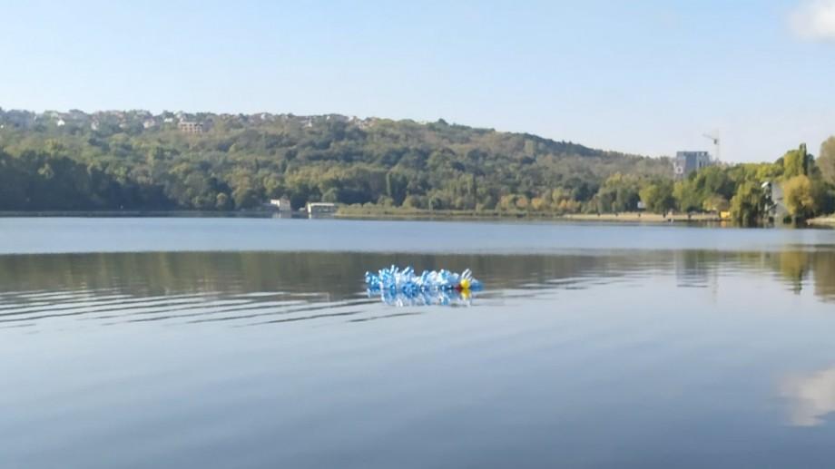 O insulă de plastic plutește pe lacul din parcul Valea Morilor. Mesajul transmis de mișcarea Extinction Rebellion Moldova