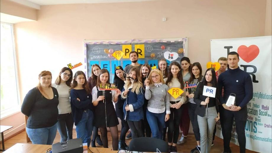 (foto) Cum sunt încadrați studenții – boboci de la USM, specialitatea Comunicare și PR, în viața universitară