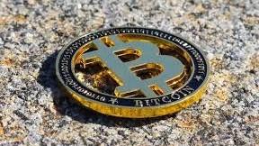 Ce motive ai să investești în Bitcoin și în alte criptomonede și care sunt riscurile?