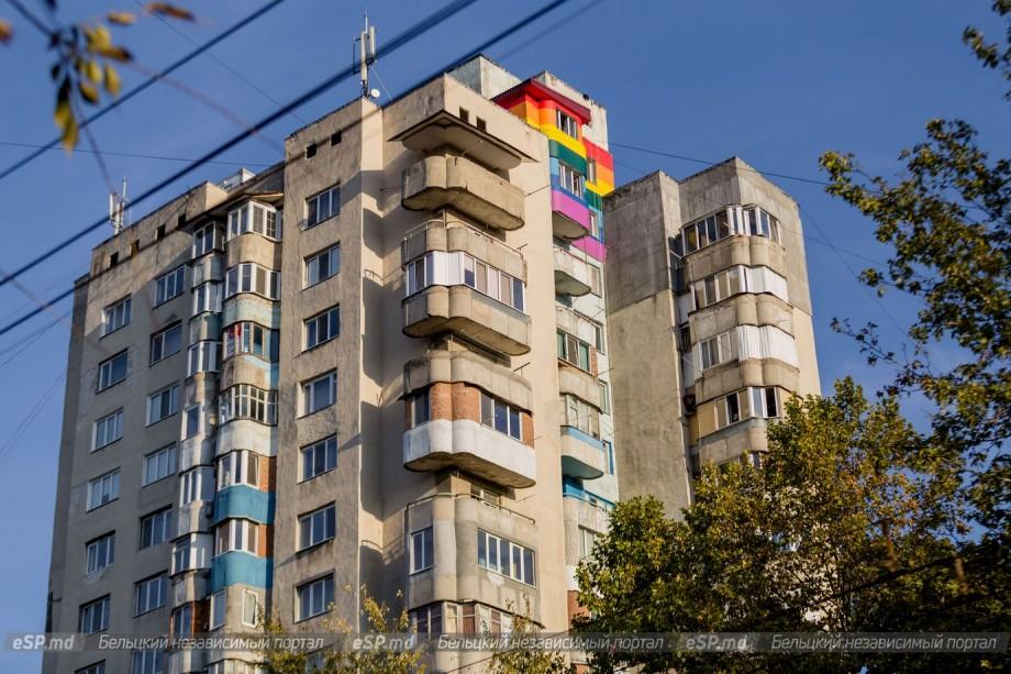 (foto) Locuitorii unui bloc rezidențial din Bălți au vopsit pereții ultimelor două etaje în culorile curcubeului