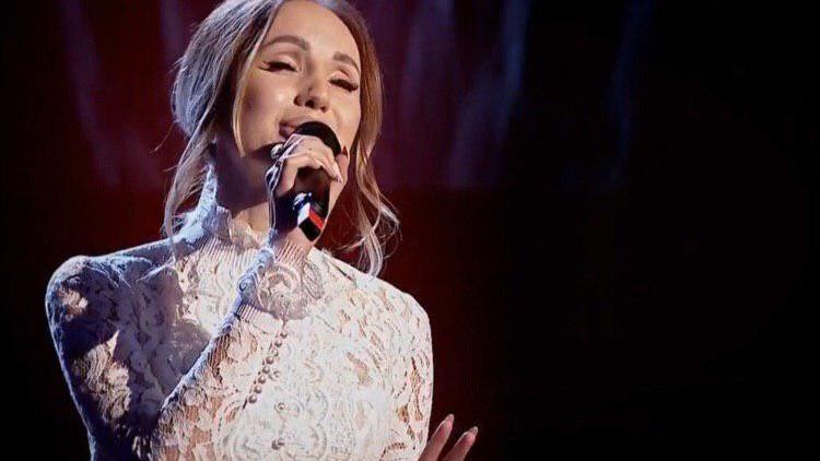 """(video) A cântat în propria rochie de mireasă. Moldoveanca Cătălina Rusu a interpretat o piesă marca """"The Motans"""" la Vocea României 2019"""